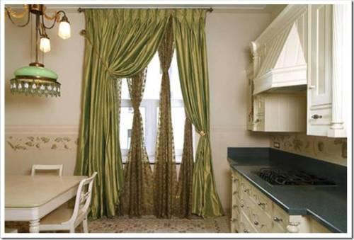 Как оформить окно на кухне с балконной дверью