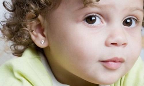 Когда лучше прокалывать уши ребенку?