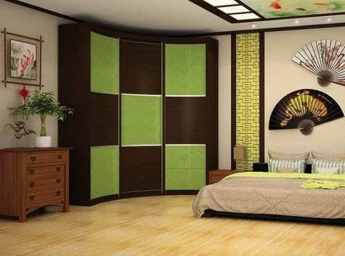 Оригинальный шкаф-купе в спальне