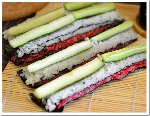 Добавление специй и приготовление суши