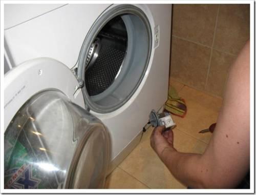 Сломалась стиральная машина, муж починить не смог – что делать?