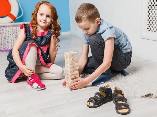 можно ознакомиться с брендовой детской обувью и приобрести ее по приемлемым ценам